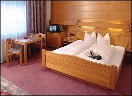 Auftrag Einbettzimmer mit Balkon