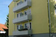 Überdachung der obersten Balkone mit Stahl-Glaskonstruktion